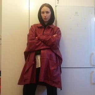 Röd oversize fusk-skinnjacka köpt secondhand i stl M, dock väldigt stor i storleken (känns mer som en XL). Frakt 63 kr.