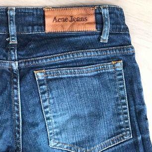 Ett par mycket sparsamt använda ACNE jeans!!🥰 low/medium waist och skinny fit, en modell som aldrig går ur tiderna😍 frakt tillkommer!