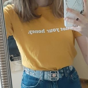 Gul t-shirt från Gina Tricot med texten