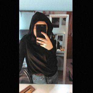 svart sammet hoodie jätte skön kan knytas vid midjan för o justera