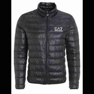 Jag säljer denna herr EA7 jacka till en kompis. Jättebra skick och väl omhändertagen. Frakt ingår i priset.       Nypris: 1500kr Passar även på tjejer