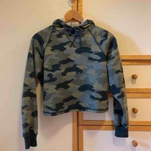 Supermysig hoodie som är kit croppad i kamouflage! Superbra skick!