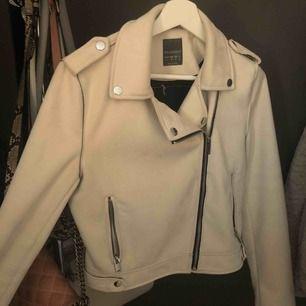 """Säljer min """"mocka"""" jacka i fin klar vit färg som jag använt Max 1 gång innan, den är i storlek 40 och väldigt bekväm."""
