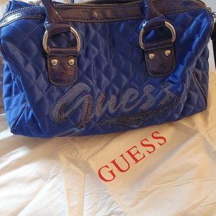 INTRESSEKOLL!  Intressekoll på denna coola väskan ifrån guess. Självklart äkta och dustbag och längre band medföljer (se tredje bilden). Den är köpt för några år sedan så finns alltså inte kvar att köpa längre vilket gör de mer unik. BUDA!