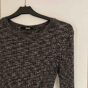 Lång klänning i härligt stretchigt material.  Köparen står för ev frakt.
