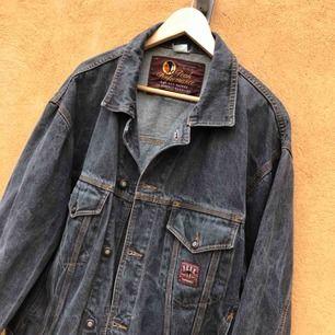 Vintage jeansjacka från Peak Performance - Trevligt skick - Kan hämtas i Uppsala eller skickas mot fraktkostnad