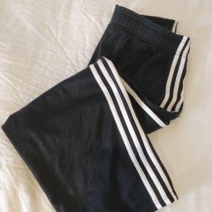 Korta culottes från adidas, tjockt material, liten i storlek så passar bättre S.