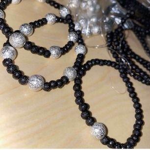 Egen gjorda armband säljs. Finns i både svart och marmor pärlor med både en eller flera silver pärlor. Köparen står för frakt men kan mötas upp i Lund.