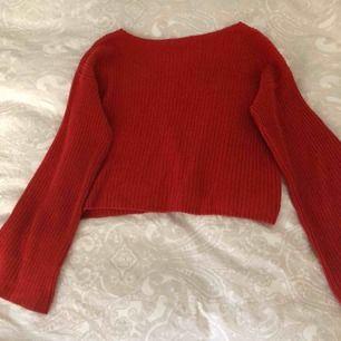 Röd stickad tröja med vida armar från na-kd i storlek xxs men jag har xs i andra plagg och den passar mig. Bra skick.