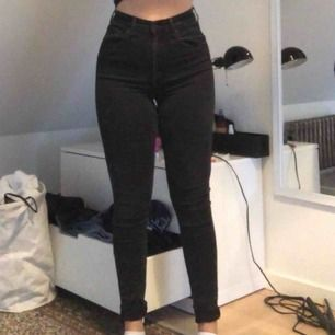 """Svarta Levi's jeans i modellen """"mile high superskinny"""". Storleken är 30 i midjan men finns ett till par i 31 för samma pris. Byxorna är helt i nyskick förutom små slit vid lårens insida men ingen som syns utanpå. Nypriset ligger på 1000."""