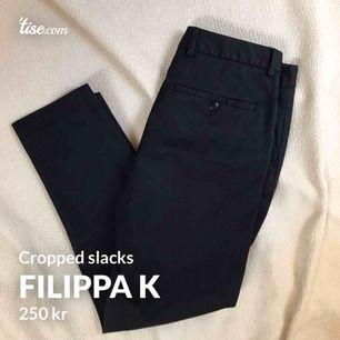 Croppade slacks/kostymbyxor från Filippa K, storlek 34 men de passar mig som har 34/36.   Obs! De är mörkblå.   Fint skick!
