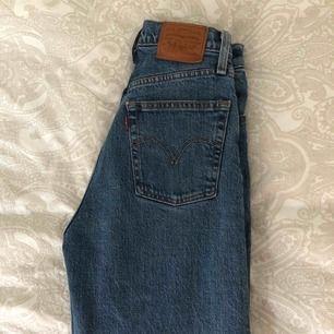 Oanvända Levis jeans. Storleken passar de som har 34/xs-s på vanliga jeans. Modell: Ribcage. Köpte för ca 1200 kr