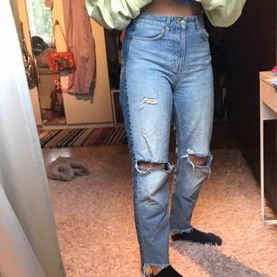 Väldigt sköna och snygga jeans med slitningar! Väl använda men i gott skick. Jag är 162cm o d går hela vägen ner på mig och passar både 36 och 38!