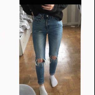 Snygga jeans med hål från Lager 157. Bara använda 2-3 gånger då de är för stora, så i fint skick.