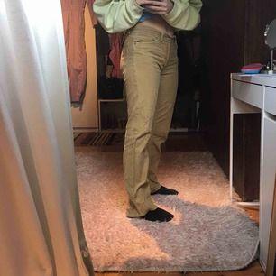Manchester byxor i gul/beige färg. Köpt second hand men i bra skick:) jag är 162 o längden är bra!