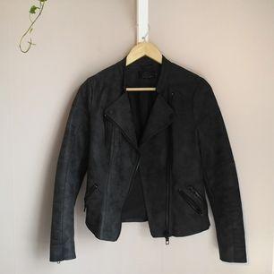 Läderjacka köpt på Vero Moda (orginalpris 500kr) Används alldeles för sällan numera då den är för liten  :')