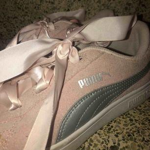 Puma Suede Heart Lunalux i rosa med silkesband. Använda ett fåtal gånger men lite smutsiga på gummisulan vilket lätt kan tvättas bort.