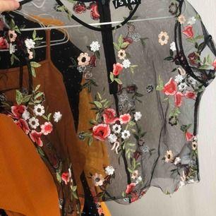 Jättefin mesh top med broderade blommor, köpt från carlings några år sedan men har aldrig använt den. Köparen står för frakt