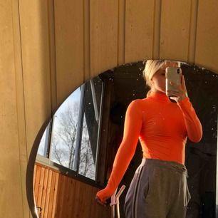 Super snygg neon orange body från Bershka! Säljs pga den inte används så mycket. Köparen står för frakt