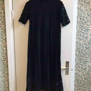Maxiklänning i svart spets från Vero Moda i storlek xs men den är väldigt rymlig, passar nog upp till s/m. Mjuk och skön att ha på sig och fint fall som är svårt att fånga på bild.