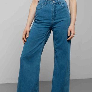 Super trendiga byxor från weekday i modellen Ace. I en blå färg. Köparen står för frakt😊😊säljer då dem är för stora för mig.
