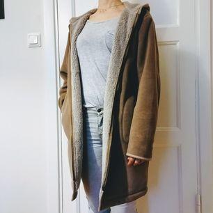 Mjuk och fluffig kappa från Uniqlo, storlek M (min normal storlek är S). Perfekt för våren! Säljs pga färgen passar inte min garderob. Rök och djurfritt hem. Mötas upp i Stockholm Brommaplan/Odenplan/T-Centralen eller köparen står för frakten.