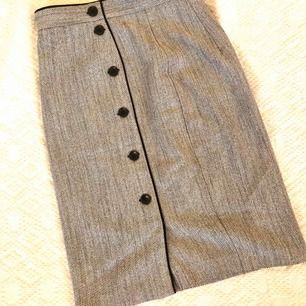 Knälång kjol från hm använd 1 gång.
