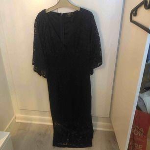 Helt ny! Oanvänd prislapp finns kvar! Väldigt bra skick. En knälång klänning.