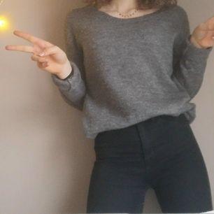 Stickad tröja som spenderar alldeles för mycket av sin tid på en galge i garderoben. Ett bra basplagg som funkar till det mesta ;)