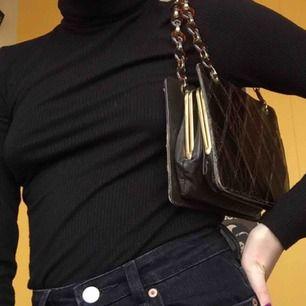 En as snygg vintage väska. ✨Köpt i Frankrike på en vintage secondhand för 400kr. Är i bea skick förutom en slitning, se bild 3.✨