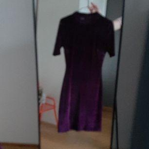 Jättefin sammets klänning i mörklila. Använd en gång på ett bröllop, säljer då den inte kommer till tillräcklig användning. Nyskick. Står storlek xs men jag brukar ha storlek s och passar perfekt på mig. Skriv gärna om du har några frågor😊
