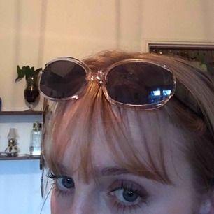 Skit snygga glasögon i väldigt bra skick men gamla dom e lite kladdiga på bilden men de går att ta bort ja har bara inte orkat