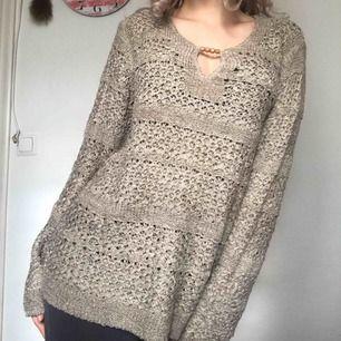 En väldigt fin och mysig stickad tröja från Isolde i storlek L! Väldigt bra skick. Jag personligen är xs-s men hade den i L eftersom jag tyckte det var mysigare. Köparen står för frakten men kan även mötas upp i Uppsala, Knivsta eller Sigtuna.