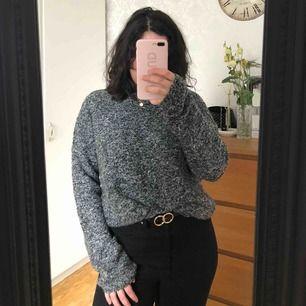 Denna supermysiga stickad tröja har tyvärr blivit för stor för mig, så den får hitta ett annat hem. Tröjan är i gott skick och passar som en large eller oversize för medium!  Kan mötas upp i Örebro eller fraktas (köparen står för frakten)🥰