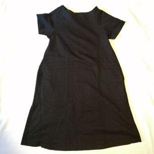 Svart klänning från Uniqlo, storlek XS. Superfin material med fickor <3 Säljs pga det är inte längre min stil. Rök och djurfritt hem. Mötas upp i Stockholm eller köparen står för frakten. Inga återköp. Tar Swish.