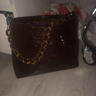 Säljer en väska från Hvisk! Passar perfekt att ha i skolan eller på arbetet 🤩 Använd vid fåtal tillfällen. Nypris 999kr. Kan tänkas gå ner i pris vid snabb affär 💛 31,5x11x25 cm 💖