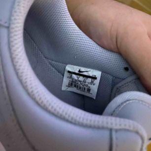 Säljer mina Nike air force 1 07, använt 1 gång och sen har den bara legat hemma.