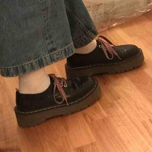 Jättesnygga dr martens liknande skor, med platå och coola skosnören! Säljer då de tyvärr är lite för stora för mig. Köparen står för frakt men jag möts väldigt gärna upp i Uppsala!