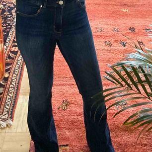 Knappt använda bootcut jeans från Bik Bok! Märkta som M men passar även mig som är en strl S och jag är cirka 165cm. Färgen stämmer bäst överens med första bilden. Frakt: 63kr