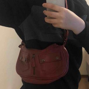 Vintage köpt väska, rödish.. as ball! Frakt ligger på ca 32kr 💜