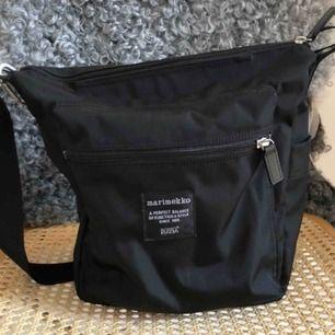 Superfin väska från Marimekko. Modellen heter Pal. Fint skick, ser knappt använd ut.