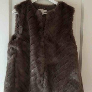 Snygg och modern pälsväst från H&M, använd max 4ggr och är inprincip som ny i skicket!