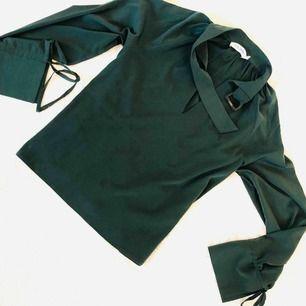 Helt oanvänd mörkgrön blus som jag säljer pga jag har tyvärr insett att grön inte är en färg som klär mig 😔