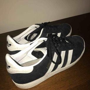 Säljer mina svart/vit Gazelle Adidas skor. Köptes för ungefär 1,5 år sen i Frankrike för 500kr. Använt ett fåtal gånger därav är skorna i gott skick. Priset kan diskuteras 🤩 köparen står för frakt