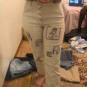 Mom jeans från Lindex som jag ritat på! Byxorna sitter fint på kroppen. Frakt betalar du 💜