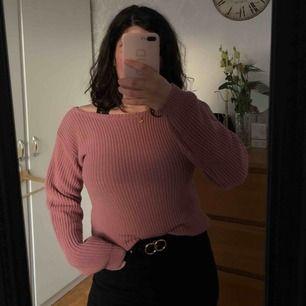 Lätt stickad tröja i superfin gammaldags rosa som tyvärr inte har rätt passform för mig då jag är lite för bredaxlad för den. Sitter som en medium! Kan mötas upp i Örebro eller fraktas (köparen står för frakten)🥰