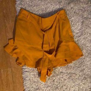 Shorts som påminner om en kjol! Superfin med knytning och har även en dragkedja i sidan!🌸