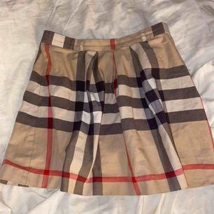 Jättefin äkta kjol från burberry, säljer då den tyvärr inte passar längre