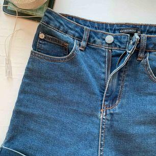 Väldigt högmidjade shorts. Tighta och skulle säga att det snarare är 34 än 36.  Möter upp i Uppsala annars står köparen för frakten💓🌸🧡