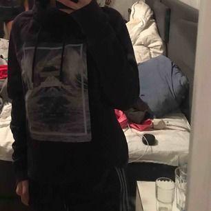 En hoodie men lite speciell krage, kommer inte till användning längre